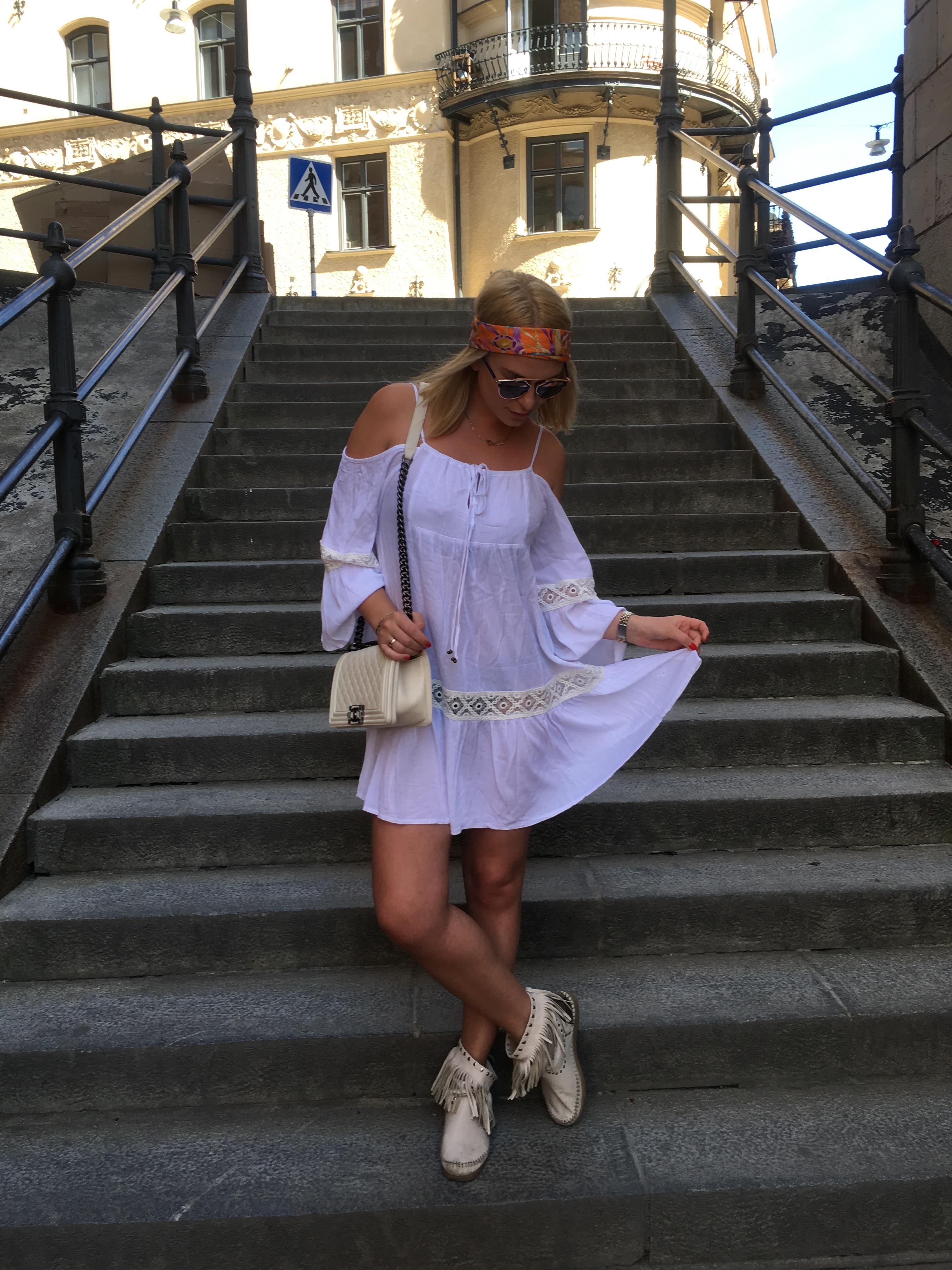 14b4aada01dc Köpt i Venedig – Sjal på huvudet. Dior – Solglasögon FAV – Tunika Chanel – Väska  Minnetonka – Skor