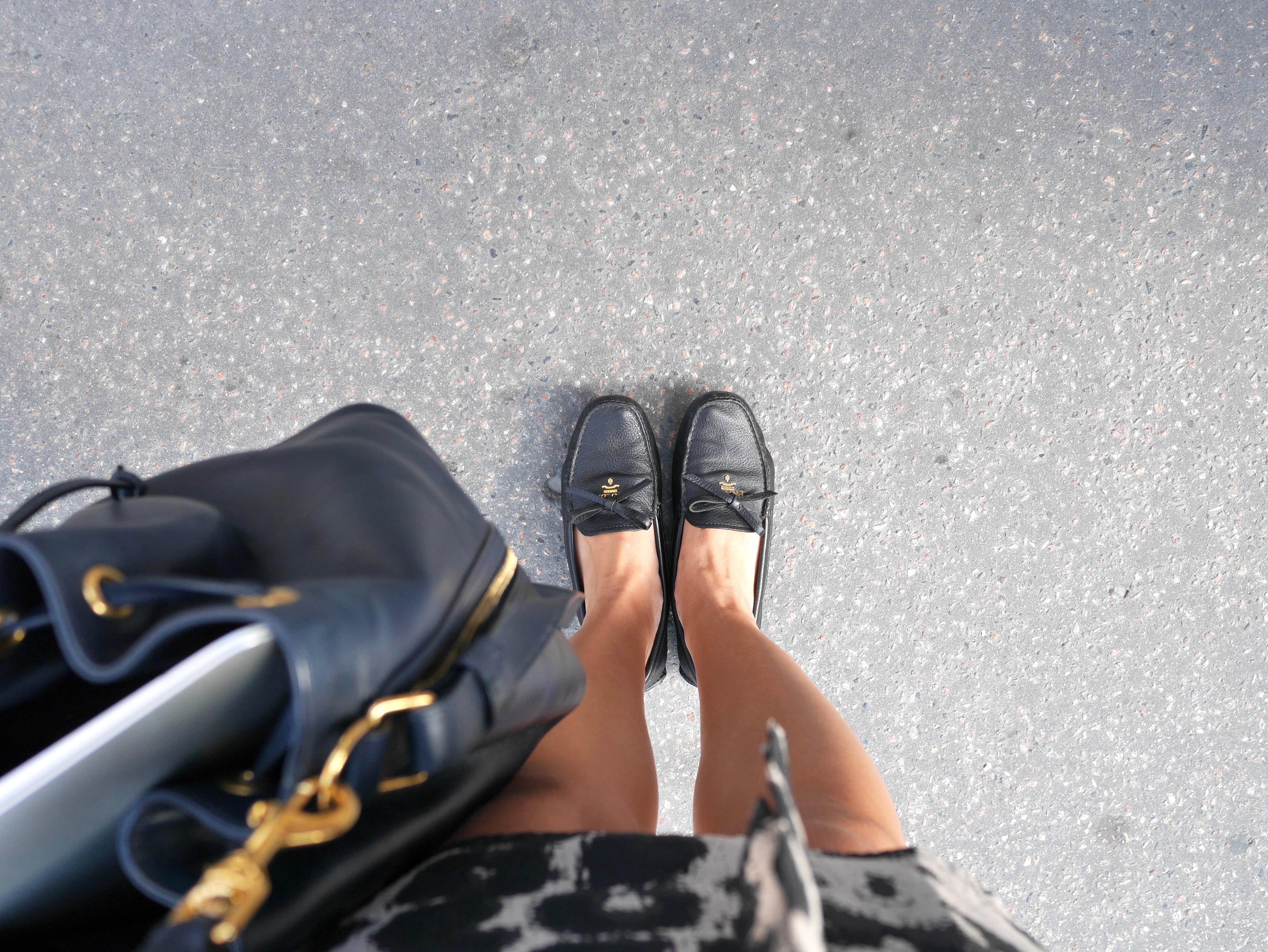 dc37c3a762a8 Céline – Solglasögon DryLake – Klänning Saint Laurent – Väska Prada – Skor